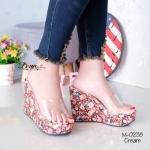 รองเท้าแฟชั่น ส้นเตารีด ลายดอกไม้สวยสดใสสุดๆ สายคาดใสนุ่มไม่บาดเท้า วัสดุผ้าซาตินพิมพ์ลายดอกไม้ สวยคมให้ลุคที่สดชื่นแจ่มใส งานน้ำหนักเบาใส่สบายไม่เมือ่ยเท้า สูง 4.5 นิ้ว Cream (M-0238)