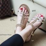รองเท้าแฟชั่น ลำลองสไตล์ Plushy Sandals Casual ดีไซน์หรูหรา แต่แฝงไว้ ซึ่งความเรียบง่ายและเบาสบาย วัสดุผ้าเมทาลิค แต่งคริสตัล พื้นนุ่มหนา 1.5 นิ้ว และกระชับเท้าด้วยยางยืดหลัง แล้วคุณจะได้สัมผัสถึงความพิเศษ สีดำ ทอง ฟ้า