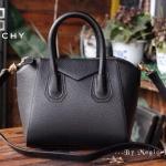 """กระเป๋าแฟชั่น สไตล์ Givenchy Antigona เป็นอีกรุ่นที่ดารานิยมใช้กันมากๆ ทรง สวย เรียบหรู เหมาะกับสาวที่ชอบใช้กระเป๋าไซสใหญ่ หนังอย่างดี สะพายไปได้ ทุกที่ พร้อมผ้าพันหูหิ้วลายเก๋ 6 สี ดำ แดง กากี น้ำเงิน กรม ตาล ขนาด : 5.5 x 10.5 x 10 """""""