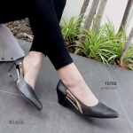 รองเท้าคัทชู ส้นเตารีด สวยเก๋ หนัง pu ใส่สบาย ทรงหัวแหลม แต่งอะไหล่เก๋ ตรงเว้าด้านข้าง แอบอวดเท้าสวยๆ แมทได้ทุกชุด สูง 2.5 นิ้ว สีดำ น้ำตาล แดง ทองเทา (10783)