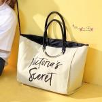 กระเป๋าแฟชั่น ทรง shopping สไตล์ victoria's secret แปลกใหม่อินเทรนด์ สินค้านำเข้า งาน ชน shop ดีไซน์สวย เก๋ น่ารัก เรียบหรู ใส่ของได้จุใจ เหมาะสำหรับสาวๆทุกคนที่มีของเยอะ งานเย็บเนี๊ยบ แข็งแรงทนทาน ใช้ได้นาน สีก็แมทเสื้อผ้าได้ง่าย สวยล้ำก่อนใคร มีสีเ