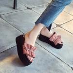 รองเท้าแฟชั่น ส้นมัฟฟิน แบบล่าสุด หวาน น่ารัก แต่งโบว์ระบายด้านหน้าติดเพชรระยิบระยับมากๆ น้ำหนักเบา พื้นนิ่ม ทรงนี้ใส่สวย เสริมบุคลิคได้ดี ใส่ได้ทุกวัน สูง 3 นิ้ว สีดำ เขียว ชมพู แดง (MR8885)