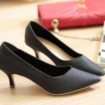 รองเท้าคัทชู ส้นเตี้ย ทรงหัวแหลม สวยเรียบหรู งานสวยมาก ใส่ได้ทั้งทำงาน ออกงานได้ ไม่สูงมาก เดินง่าย ไม่เมื่อย ใส่แล้วเท้าเรียว เก็บหน้าเท้าสง่างาม สีดำ ทอง สูง 1.5 นิ้ว (G18-05)