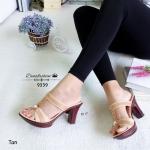 รองเท้าแฟชั่น ส้นสูง ทรงสวมคาดสองตอน เก็บหน้าเท้าดีทรงสวยมาก วัสดุ PU ประดับเพชรเทียม และตรงกลางประดับด้วยอะไหล่พลอยเทียม สีโอปอล์ ขับเท้าสวยเด่น พื้น PU สีไม้ สวยลงตัว สูง 3 นิ้ว สีดำ น้ำตาล แทน (9339)