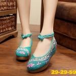 รองเท้าผ้าปักลายจีน ลายปักดอกไม้ด้านหน้าและด้านข้าง ตัดสีสวยงาม เป็นพื้นยางหนา เพื่อสุขภาพเท้า รองรับแรงกระแทกได้เยอะ เสริมส้นสูง 2 นิ้ว มีสายรัดข้อแบบกระดุจีน ทรง สวย ใส่สบาย แมทสวยได้ไม่เหมือนใคร