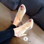 รองเท้าแฟชั่น ส้นสูง หนังกำมะหยี่ แบบหน้าไขว้ สวยเก๋ เก็บหน้าเท้า สายรัดส้น ยางยืดกระชับเท้า แมทซ์กับชุดแนวไหนก้อเข้ากัน ลงตัว ทรงหน้าไขว้แบบนี้ใส่ สวยมาก สูง 3.5 นิ้ว เสริมหน้า 0.5 นื้ว สีแดง ครีม