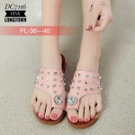 รองเท้าแตะแฟชั่น สไตล์ลำลอง สวมนิ้วโป้ง หนังนิ่มแต่งหมุดและเพชรหรูและเก๋ไม่เหมือนใคร ทรงสวยใส่สบาย พื้นนิ่ม ใส่ง่าย แมทสวยได้ทุกชุด (DC7116)