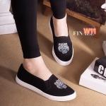 รองเท้าผ้าใบ slip on แต่งด้านหน้าลายเสือ สไตล์เคนโซ่สวยเก๋ ใส่สบาย ทรงสวยกระชับ เท้า พื้นยางอย่างดี ใส่สบาย แมทสวยได้ทุกชุด