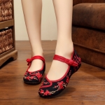 รองเท้าผ้าปักลายจีน ปักลวดลายกลายปักดอกไม้และอักษรจีนสวยงาม ด้านข้างมีกระดุม จีน เป็นพื้น ส้นสูง 1 นิ้ว ด้านในมีพื้นฟองน้ำนิ่มๆ ทรงน่ารัก ใส่สบาย แมทสวยได้ไม่เหมือน ใคร