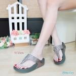 รองเท้าแตะแฟชั่น แบบหนีบ สายคาดประดับคริสตัลสวยหรู ดีเทลละเอียด พื้นซอฟคอมฟอตนิ่มเพื่อสุขภาพ สไตล์ฟิตฟลอบ ใส่เดินสบาย ความสูง 1.5 นิ้ว แมทสวยได้ทุกชุด (PF1865)