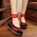 รองเท้าผ้าปักลายจีน ปักลวดลายดอกซากุระสวยงาม ด้านบนมีรัดข้อกระดุมจีนแบบ 2 ชั้น พื้นยางหนาเพื่อสุขภาพเท้า ส้นสูง 2 นิ้ว รองรับแรงกระแทกได้เยอะ พื้นด้านในซับฟองน้ำ ด้านนอกเป็นผ้าทอแน่นเนื้อดี ใส่สบาย แมทสวยได้ไม่เหมือนใคร