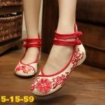 รองเท้าผ้าปักลายจีน ลายปักดอกไม้สวยคลาสสิค ด้านหลังสูง รัดข้อติดกระดุมจีน 2 เส้น ส้นสูง 1 นิ้ว พื้นด้านในซับฟองน้ำ ด้านนอกเป็นผ้าทอแน่นเนื้อดี ใส่สบาย แมทสวยได้ไม่ เหมือนใคร