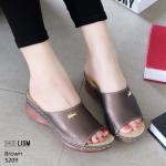 รองเท้าแฟชั่น ส้นเตารีด แบบสวม แต่งอะไหล่จรเข้สวยเรียบหรู หนังนิ่ม พื้นนิ่มเพื่อสุขภาพ งานสวย ใส่สบาย ส้นสูง 2.5 นิ้ว แมทสวยได้ทุกชุด (5209)