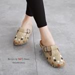 รองเท้าคัทชู ส้นแบน เปิดส้น สไตล์เพื่อสุขภาพ หนังนิ่ม ด้านหน้าประดับอะไหล่ เกร๋ๆ สวยน่ารัก ใส่ได้เรื่อยๆ ใส่ง่ายถอดง่าย ใส่นิ่มเดินสบาย แมทสวยได้ทุกชุด สีขาว ครีม แทน (3232A)