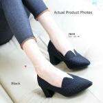 รองเท้าคัทชู ส้นเตี้ย สวยเรียบหรู งานสไตล์ Chunky Shoes บุผ้าลายตารางดู คลาสสิค ผ่าหน้าเล็กน้อยดูดีมีสไตล์ ความสูง 2.5 นิ้ว แมทเก๋ง่ายกับทุกชุด สีดำ ครีม (7859)