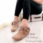 รองเท้าบูท แบบสวม สวยเก๋น่ารัก วัสดุหนังชามัวนิ่ม แต่งโบว์ประดับ เพชรด้านข้าง ด้านในซับขนนุ่มใส่แล้วอุ่นเท้า เสริมส้นเตารีดด้านในสูง 2 นื้ว สวมใส่ง่ายและดูมีสไตล์ สีครีม น้ำตาล (555-221)