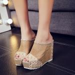 รองเท้าแฟชั่น แบบสวม ส้นเตารีด ดีไซน์สวยหรู ตาข่ายฉลุสีทองดูโดดเด่นสะดุดตา แต่งลูกไม้ด้านหน้า ใส่แล้วเท้าดูขาวผ่อง ออร่ากระจาย ใส่ง่ายสบายเท้า งานคุณภาพ เก็บนิ้วเท้าได้ดี งานจริงสวยสุดยอดมาก สีทอง