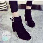 รองเท้าบูท สไตล์เกาหลี สีดำ คลาสสิค วัสดุทำจากผ้ากำมะหยี่ เสริมส้น 4 cm ตัวบูทพื้นผิวเป็นหนังนิ่ม มีซิปด้านข้าง ตกแต่งอะไหล่เข็มขัดทองสวยเก๋ ภายใน บุกำมะหยี่บางๆ ผิวสัมผัสนิ่ม ใส่กับชุดไหนๆก็ดูสวยหรู ไฮโซ