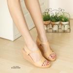 รองเท้าแฟชั่น ส้นเตารีด แบบสวม รัดส้น สวยเรียบหรู ดีไซน์เว้าข้างดูเท้าเรียว แต่งอะไหล่ จรเข้ทองเพิ่มความหรู หนังนิ่มอย่างดี ส้นสูงประมาณ 3 นิ้ว เสริมหน้า ใส่สบาย แมทสวยได้ ทุกชุด (L2751)