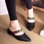 รองเท้าคัทชู เปิดส้น ทรงหัวแหลม คาดสายด้านหน้าลายสไตล์กุชชี่สวยเก๋ หนังนิ่มอย่างดี ส้นตัดสูงประมาณ 1 นิ้ว แมทสวยได้ทุกชุด