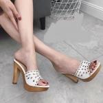 รองเท้าแฟชั่น ส้นสูง แบบสวม แต่งฉลุลายสวยหวาน หนังนิ่ม พื้นนิ่ม ทรงสวย ส้นสีไม้ สูงประมาณ 4 นิว ใส่สบาย แมทสวยได้ทุกชุด (3006-50)