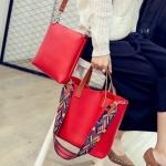 กระเป๋าแฟชั่น ชุดเซ็ต 2 ใบ ทรง shopping และกระเป๋าสะพายข้าง หนังนิ่มอย่างดี แต่งสายสะพายลายกราฟฟิคสวยเก่ สวยมีสไตล์ 5 สี ดำ น้ำตาล เทา ฟ้า แดง