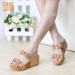 รองเท้าแฟชั่น ส้นเตารีด สวยเก๋ แบบสวม แต่งดอกไม้น่ารัก หนังนิ่มอย่างดี ทรงสวยเก็บ หน้าเท้า สูงประมาณ 2.5 นิ้ว เสริมหน้า ใส่สบาย แมทสวยได้ทุกชุด (L1442)