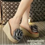 รองเท้าแฟชั่น ส้นเตารีด ทรงสวม ดีไซน์หวานติดดอกไม้ผ้าซาตินดอกโตๆ ติดแน่นไม่หลุดง่าย คาดหน้าซิลิโคนใสนิ่มไม่บาดเท้า ส้นห่อหวาย งานดี น้ำ หนักเบา หลังสูง 4 นิ้ว เสริมหน้า 1.5 นิ้ว ใส่สบาย งานน่ารักมาก สีครีม ดำ เทา ชมพู (JU31)