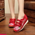 รองเท้าผ้าปักลายจีน ทรงผ้าใบสวยน่ารัก ลายปักดอกไม้สวยงาม ด้านหน้าติดกระดุมจีน 3 แถว เสริมส้นสูง 2 นิ้ว ด้านนอกเป็นผ้าทอแน่นเนื้อดี พื้นยางหนากันกระแทกเพื่อสุขภาพ เท้า ใส่สบาย แมทสวยได้ไม่เหมือนใคร