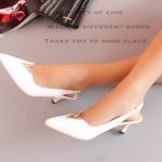 รองเท้าคัทชู ส้นเตี้ย ทรงหัวแหลมเปิดส้น สวยหรู สไตล์วาเลนติโน หนังนิ่ม หน้าแต่งอะไหล่ V สายรัดข้อยางยืด สูง 1 นิ้ว แมทสวยเก๋ ได้ทุกชุด สีดำ ขาว (B13-473)