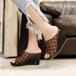 รองเท้าแฟชั่น ส้นเตารีด แบบสวม หุ้มหน้าเท้า เก็บเท้าเรียว ลายตารางดาเมียร์สไตล์ LV หนังนิ่ม ทรงสวย สูงประมาณ 4 นิ้ว เสริมหน้า ใส่สบาย แมทสวยได้ทุกชุด (RU50)