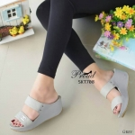 รองเท้าแฟชั่น ส้นเตารีด แบบสวม สวมเก๋ สไตล์ชาแนล แต่งอะไหล่ cc ด้านหน้า หนังเดิน เส้นตารางเก๋ พื้นนิ่ม ใส่สบาย ส้นเตารีด ประมาณ 2.5 นิ้ว แมทสวยได้ทุกชุด (SKT708)