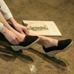 รองเท้าคัทชู ส้นเตารีด สไตล์แบรนด์ Valentino ผ้าลูกไม้น่ารักๆยังระบายอากาศได้ดี ส้นสูงกำลังดี แต่งรอบด้วยเปียผักตบอบแห้งร้อยเรียงตัวสวย สูง 2 นิ้ว งานสวยใส่สบาย สีดำ ครีม