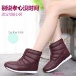 รองเท้าบูทลุยหิมะกันหนาว สไตล์เกาหลี สวยเก๋ ภายในบุขนเฟอร์ สวมใส่ แล้วรู้สึกถึงความอุ่นและนุ่ม ด้านล่างเป็นพื้นยางกันลื่นอย่างดี กันความหนาว ุกได้อย่างดี น้ำหนักเบาพกพาสะดวก ใส่ง่าย แมทเก๋ได้กับทุกชุด สีไวน์แดง ดำ
