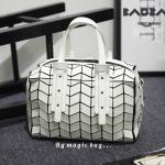 """กระเป๋าแฟชั่น สไตล์ Bao Bao Issey Miyake ทรง Speedy งานเกรด Premium Quality ดีไซน์เก๋ ลายกางปลาแบบใหม่ จุของได้เยอะ น่ารัก และดูเท่ห์มากๆ สีขาว ดำ Size 10.5 x 8 x 5 """""""