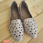 รองเท้าคัทชู ส้นแบน ฉลุลายดอกไม้ ทรงหัวแหลมดูเท้าเรียว พื้นนิ่ม ใส่สบาย แมทสวยได้ ทุกชุด (590831)