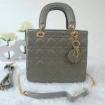 """กระเป๋าแฟชั่น สไตล์ Christian Dior Lady งานสวยคลาสสิค ทั้งด้านนอกและด้านใน จุดเด่นที่ลายหนังสไตล์แบรนด์ มันเงาทำความสะอาดง่าย มีป้ายห้อย dior อักษรครบ สีทองอย่างดี สายยาวมีให้ 2 แบบ ทั้งแบบสายโซ่ และแบบหนัง ด้านในสีตามกระเป๋า ขนาดกว้าง 9"""" สูง 8"""""""