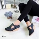 รองเท้าคัทชู ส้นเตารีด วัสดุ PU ลายฉลุปักด้ายสวยเก๋ ด้านหน้ามี สายคาดเมจิกเทปปรับระดับเพื่อเพิ่มความกระชับเท้าได้ ส้นรองเท้า พื้นยางกันลื่น ความสูงกำลังดีไม่เมื่อยเท้า แมทสวยได้ทุกชุด สูง 2 นิ้ว สีครีม ชมพู แทน ดำ (MK7045)