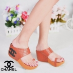 รองเท้าแฟชั่น ส้นเตารีด แบบสวมนิ้วโป้งสวยเก๋ หนังเย็บลายตารางสไตล์ชาแนล แต่ง CC ด้านข้าง พื้นนิ่ม ส้นเตารีดสูงประมาณ 2.5 นิ้ว ใส่สบาย แมทสวยได้ทุกชุด