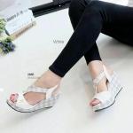 """รองเท้าแฟชั่น ส้นเตารีด สวยหรู สไตล์แบรนด์ลาย LV รัดส้น ดีไซน์คาดสวม ด้านหน้าตัว T ให้ดูเท้าเรียว ส้นโอ่ง น้ำหนักเบา ใส่สบาย สูง 3"""" แมทได้ทุกชุด"""