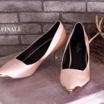 รองเท้าคัทชู ส้นเตี้ย แต่งด้านหน้าอะไหล่ทองสวยเรียบหรู ทรงสวยดูเท้าเรียว หนังนิ่ม ใส่สบาย ส้นประมาณ 1.5 นิ้ว แมทสวยได้ทุกชุด