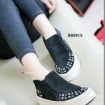 รองเท้าผ้าใบ ผ้ายีนส์ งานนำเข้า ดีไซน์เก๋ งานคุณภาพระดับพรีเมียม รองเท้า แมทกับพื้นยางอันอ่อนนุ่ม เสริมขอบด้วยการเย็บคิวปอ ตกแต่งผ้าด้วยหมุดหลากสี มีความเท่ห์และความมีชีวิตชีวาทุกครั้งที่ได้ใส่ มียางยืด 2 ด้านใส่ง่ายถอดก็ง่าย งานดีเกินราคาจริงๆ สีดำ แดง เ