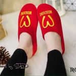 รองเท้าคัทชู เพื่อสุขภาพ เปิดส้นสวยน่ารัก วัสดุทำจากผ้ากำมะหยี่อย่างดีนุ่มมาก ปักโลโก้ Moschino สวยสไตล์แบรนด์ พื้น Soft Comfort นุ่ม พื้นปั้มโลโก้ตัว M มาพร้อมกับสีสันสดใส ใส่เก๋ได้ทุกชุด สีดำ แดง เหลือง น้ำเงิน