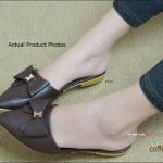 รองเท้าคัทชู เปิดส้น เรียบหรู ด้านหน้าเป็นทรงหัวแหลมประดับโบว์ หวานแต่งอะไหล่ตัว H สีทอง ดูคลาสสิคมาก ส้นแต่งเมทาลิกสีทอง หนา 1.5 cm. แมทกับเสื้อผ้าชุดไหนก็ดูดีมีสไตล์ สีครีม ดำ คอฟฟี่ (bb7812)