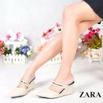 รองเท้าคัทชู เปิดส้น สวยหรู แต่งคาดอะไหล่ทองด้านหน้า สวมคาด 2 ตอน เพิ่มความ กระชับ ทรงสวยเก็บหน้าเท้าเรียว ส้นเตารีดสูงประมาณ 2.5 นิ้ว ใส่สบาย แมทสวยได้ทุกชุด