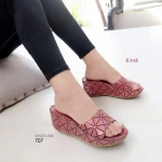 รองเท้าแฟชั่น ส้นเตารีด แบบสวม สวยเก๋ หนังลายอิเซ่ เกรดเดียวกับกระเป๋า ใส่สบายพอดีๆ สูง 2.5 นิ้ว แมทเก๋ได้ทุกชุด ส้น 2.5 นิ้ว สีดำ เทา แดง (707)