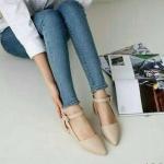 รองเท้าคัทชู ทรงหัวแหลม ส้นเตี้ย วัสดุพียูเนื้อดี สายเข็มขัดรัดข้อเท้า ปรับระดับได้ ด้านข้างเว้า แบบน่ารัก สวมใส่ กระชับเท้า ใส่ทำงาน ใส่เที่ยวได้