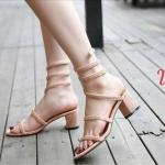 รองเท้าแฟชั่น แบบสวม ดีไซน์พันขาสวยเก๋ แต่งหมุดคลิสตัลทั้งตัวเพิ่มความหรู สายพันขาสปริงยืดหยุ่นใส่ง่าย ทรงสวย ส้นสูงประมาณ 2.5 นิ้ว ใส่สบาย แมทสวยได้ทุกชุด