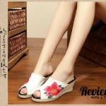 รองเท้าแฟชั่น ส้นเตารีด แบบสวม ผ้าแคนวาสงานปักลายดอกไม้สวยหรู ทรง เก็บหน้าเท้า ใส่สบายๆ นิ่มมาก สวยมีสไตล์ แมทได้ทุกชุด สูง 3 นิ้ว สีขาว ดำ น้ำเงิน (7765)
