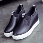 รองเท้าผ้าใบ Original Women 's Sneakerดีไซน์สวยเท่ห์ วัสดุหนังเทียม แบบนิ่ม ทรง เพรียวกระชับ พื้นรองเท้ารับน้ำหนักได้อย่างดี ยึดเกาะแน่น สวมใส่ง่าย จะนำมามิกซ์แอนด์ แมทช์กับอะไรก็ดูดี เก๋สุดๆ สูงหน้า 3 ซม. ส้นสูง 7 ซม. ใส่สบาย สามารถใส่ได้กับ Everyda